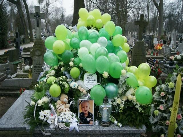 Rodzice prosili o przyniesienie na grób Oliwierka zielonych baloników, które lubił.