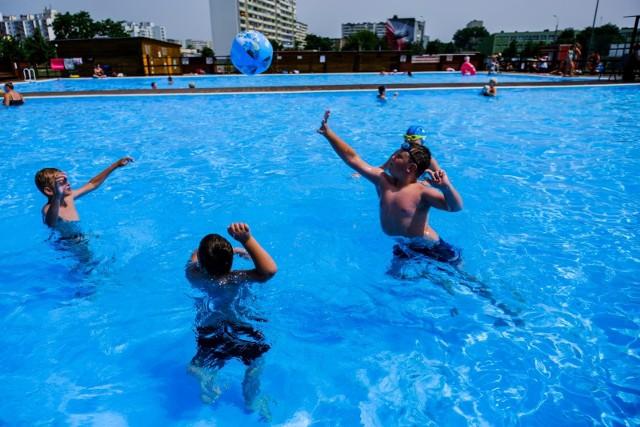 Wakacyjna praca czeka m.in. na ratowników na basenach. W innych branżach propozycji pracy sezonowej tak samo nie brakuje. Piszemy, gdzie szukać ofert zatrudnienia na lato