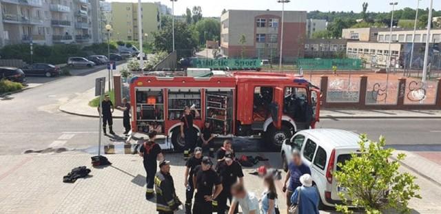 Do zdarzenia doszło w środę, 12 czerwca, w bloku przy ul. Godlewskiego w Zielonej Górze. Mężczyzna podpalił drzwi do mieszkania znajomej. Pożar ugasili strażacy. Podpalacza szuka policja.Zdarzenie miało miejsce około godz. 10.00. Mężczyzna pojawił się w bloku przy ul. Godlewskiego. Pozbierał wycieraczki z klatki schodowej, ułożył je pod drzwiami jednego z mieszkań, podpalił a następnie uciekł z budynku dodatkowo wybijając szybę w peugeocie zaparkowanym pod blokiem. Niewykluczone, że zaatakowana kobieta może być byłą partnerką mężczyzny. W wyniku podpalenia wycieraczek zajęły się drzwi mieszkania. Pod pływem temperatury rozszerzyły się i zaklinowały tak, że nie można było ich otworzyć. Na miejsce przyjechały wozy straży pożarnej. Strażacy szybko opanowali sytuację i dzięki temu nie doszło do pożaru.Podpalacz jest poszukiwany przez policję. – Wiemy kogo szukamy, zatrzymanie mężczyzny to kwestia czasu – mówi podinsp. Małgorzata Stanisławska, rzeczniczka zielonogórskiej policji.Zobacz też: - Policjanci z Gorzowa zatrzymali podpalacza. Podkładał ogień w warsztatach samochodowychPOLECAMY RÓWNIEŻ PAŃSTWA UWADZE:Pies zdychał na oczach mieszkańców całego bloku