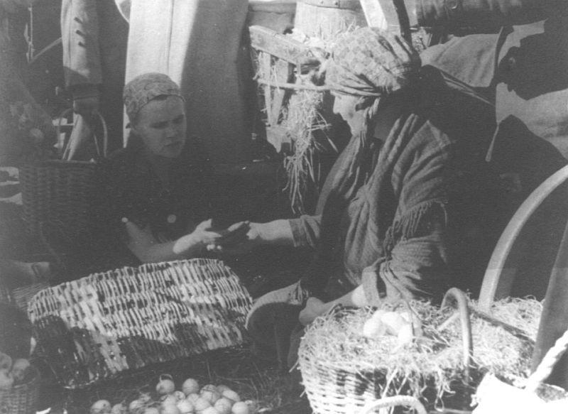 Przekupki z koszami pełnymi jaj, serów, masła na Rynku...