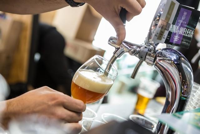 """Badanie pokazało, że intencje, z jakimi Polacy podnoszą do ust kieliszek wódki są zupełnie inne od powodów, dla których napełniają szklankę piwem. Konsumenci sięgają po piwo przede wszystkim ze względu na jego walory smakowe (18,4 proc.) oraz z uwagi na to, że dobrze gasi pragnienie (15,3 proc.). Wódka jest natomiast trunkiem o bardziej """"imprezowym"""" wizerunku. W opinii badanych najlepiej sprawdza się w sytuacjach spotkań towarzyskich - pomaga stworzyć odpowiedni nastrój (19,4 proc.) i pasuje do celebrowania specjalnych okazji, takich jak urodziny czy awans (18,2 proc.). W porównaniu z wódką piwo jest trunkiem zdecydowanie bardziej """"kameralnym"""" w swoim charakterze. Napój z pianką towarzyszy z reguły spotkaniom w niedużym gronie znajomych bądź odpoczynkowi w domowym zaciszu, czyli sytuacjom, które pozwalają na smakowanie i degustowanie konsumowanych w ich trakcie trunków.Badanie """"Modele picia napojów alkoholowych w Polsce"""" zostało przeprowadzone przez Centrum Badania Opinii Społecznej na zlecenie Związku Pracodawców Przemysłu Piwowarskiego - Browary Polskie w lutym 2017 r. na ogólnopolskiej próbie kwotowej 1309 osób powyżej 18 r.ż. pijących alkohol."""