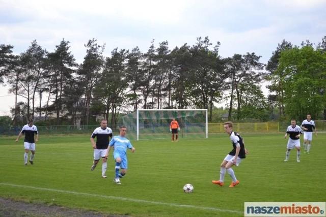 Kujawianka (na czarno) jak wygra wszystkie 5 meczów do końca sezonu awansuje do III ligi.