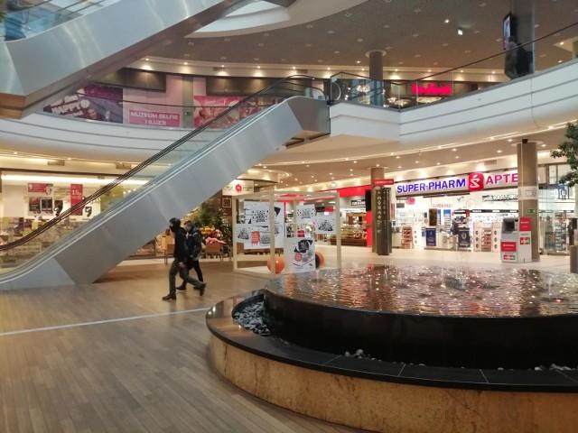 Zgodnie z zapowiedziami od 28 grudnia galerie i centra handlowe będą mogły działać w ograniczonym zakresie. Zamknięta zostanie większość sklepów przynajmniej do 17 stycznia. Nowe obostrzenia, zdaniem rządu mają zmniejszyć emisję koronawirusa.