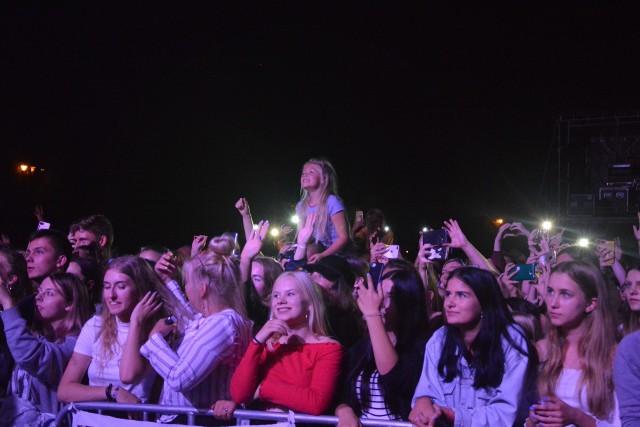 Tłum młodych fanek już od rana wyczekiwał swojego idola. Były piski, łzy i rozmarzone oczy. Wczorajszy (18 sierpnia) koncert Dawida Kwiatkowskiego na stadionie miejskim był kulminacyjnym punktem Dni Więcborka, wieńczącym tygodniowe świętowanie.