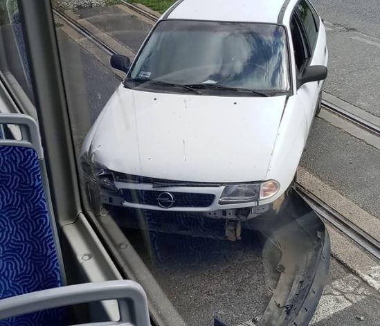 Zderzenie tramwaju z autem osobowym na ulicy Ślężnej we Wrocławiu.