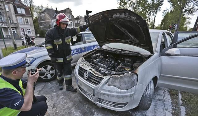 Piotr JędzuraDo pożaru volkswagena polo doszło w środę, 11 maja na skrzyżowaniu ulic Lwowskiej i Wrocławskiej w Zielonej Górze. Samochód zapalił się podczas jazdy. Płomienie pomogli gasić kierowcy.Kierująca volkswagenem jechała do Nowej Soli. W pewnej chwili zobaczyła dym i płomienie wydostające się spod maski zakrywającej silnik. - To było nagle, dym i po chwili już było widać ogień - mówi świadek zdarzenia. Kierująca zjechała autem na pobocze.Perfekcyjnie zachowali się kierowcy, którzy zobaczyli pożar samochodu. Kiku natychmiast zatrzymało się i podbiegło z gaśnicami. W tym czasie na miejsce jechała już zaalarmowana straż pożarna. Strażacy szybko ugasili płonące auto.Niestety przód samochodu spłonął. Kierująca niedawno zamontowała instalację gazową. Strażacy wstępnie ocenili, że doszło do zwarcia właśnie w tej instalacji. Prawdopodobnie jedna z plastikowych części nie wytrzymała temperatury i zapaliła się.