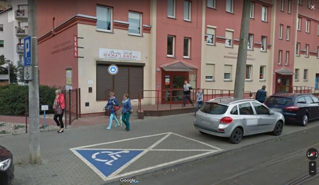 Torunianie w mapach Google Street View. Zobaczcie, w jakich sytuacjach pojazd Google zrobił zdjęcia mieszkańcom Torunia. Oprócz bardziej popularnych miejsc, zajrzeliśmy także w wiele bocznych uliczek. Sprawdźcie, kto i w jakich sytuacjach trafił do internetowych map Google! Oto fotografie Street View!Zdjęcia do Google Street View w Toruniu wykonywano już kilka razy. Prezentowane miejsca mogą się nieco różnić ze względu na wykonywane remonty lub modernizacje. Mamy nadzieję, że rozpoznajecie siebie, rodzinę, przyjaciół lub sąsiadów na tych fotografiach. Sprawdźcie, kogo przyłapał pojazd Google w Toruniu!Czytaj dalej. Przesuwaj zdjęcia w prawo - naciśnij strzałkę lub przycisk NASTĘPNE