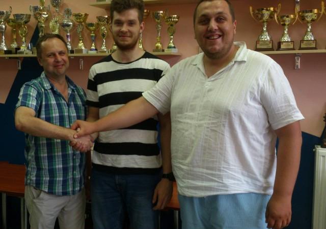 Od lewej: prezes KSSPR Końskie Piotr Bocheński, Piotr Rutkowski, wiceprezes do spraw sportu KSSPR Końskie Kamil Kosmal.