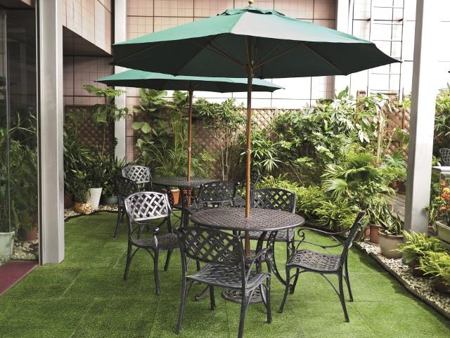 Sztuczna trawa na tarasieSztuczną trawę można zastosować na balkonie i tarasie.