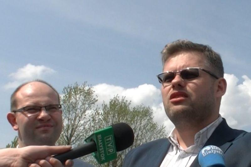 Członkowie PiS - Artur Kosicki (z lewej) i Piotr Jankowski, radny miejski.