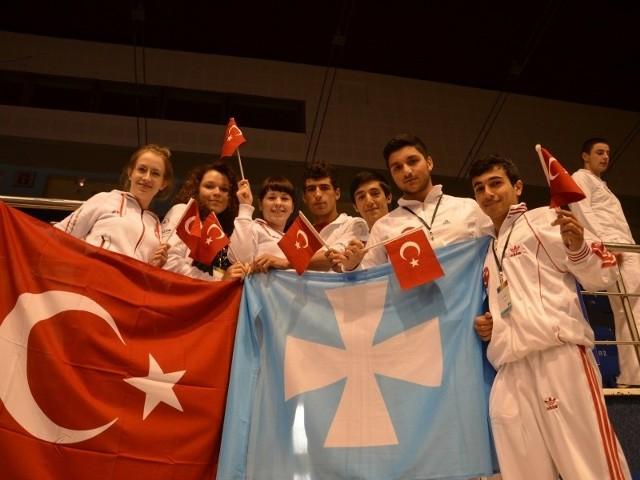 Zawodniczkom z Rzeszowa udało się wywalczyć trzy medale. Na zdjęciu od lewej Ewa Solarz, Anna Kubiak i Anna Liszcz w towarzystwie reprezentantów Turcji.