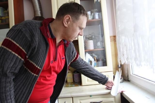 Dzień i noc muszę pilnować, żeby nie zalało mi mieszkania – pokazuje Radosław Małaszkiewicz. Do rury w kuchni przymocował rynienkę, po której woda z sufitu spływa do miski. Wciąż musi ją opróżniać.