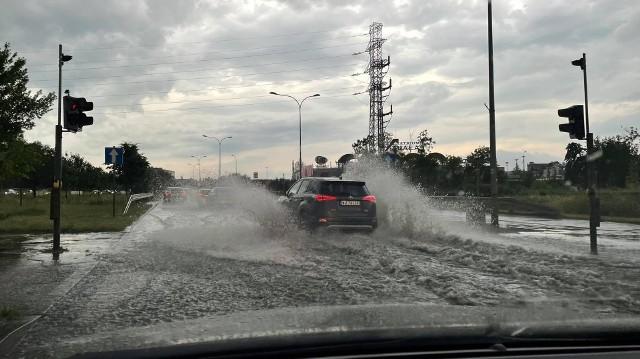 Burza w Białymstoku 25.06.2021. Ulewa przeszła przez Białystok. Ulice znów zamieniły się w potoki
