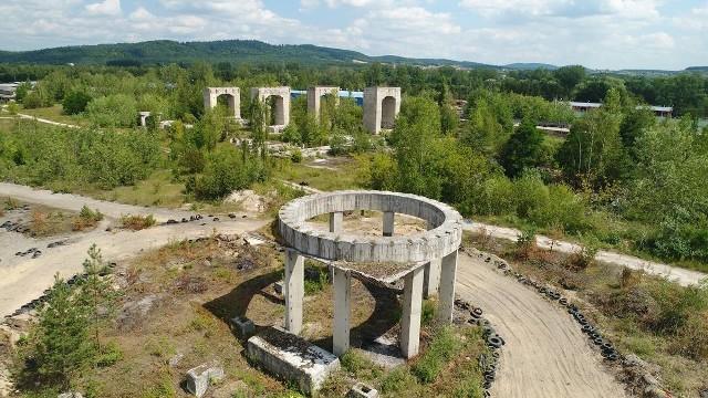 W latach 80-tych ubiegłego wieku miała powstać tu Fabryka Tlenku Glinu, jednak roboty zostały przerwane na etapie realizacji.