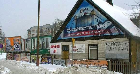 Dom zmieniony w banner reklamowy.