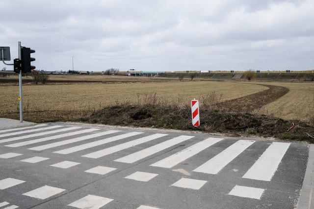 Władze Volkswagena, lokalni politycy oraz mieszkańcy Wrześni chcieliby dokończenia budowy bezpośredniej drogi dojazdowej z autostrady na teren Wrzesińskiej Strefy Aktywności Gospodarczej, w której znajduje się m.in. fabryka Volkswagena