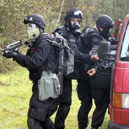 Po kilkugodzinnym pościgu policjanci osaczyli złoczyńców w kompleksie leśnym w rejonie Kopanicy i szczelnie zablokowali wszystkie drogi wyjazdowe z tego terenu.