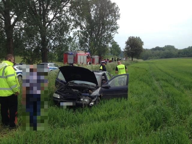 Do wypadku doszło o godz. 16.20 w miejscowości Dalkowo (powiat sępoleński, gm. Więcbork). Trzy osoby: dwie kobiety w ciąży oraz mężczyzna, na szczęście niegroźnie zostały ranne. Droga wojewódzka nr 241 była zablokowana przez około godzinę. W zdarzeniu brały udział trzy samochody osobowe: mazda, opel i renault. W sumie samochodami podróżowało 9 osób. Dwie ciężarne kobiety oraz mężczyzna trafili na badania do szpitala. Nie odnieśli na szczęście poważniejszych obrażeń.Na miejscu działały trzy zastępy straży pożarnej, policja i pogotowie. Przez około godzinę trasa była nieprzejezdna.Policja zajmuje się ustaleniem przyczyn i okoliczności kolizji. Noś odblaski także w mieście. Policja apeluje do pieszych.