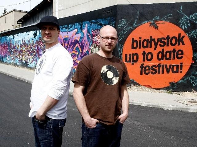 Graffiti promujące białostocki festiwal Up to Date można zobaczyć w centrum. Z lewej - Robert Burzyński, z prawej - Jędrzej Dondziło