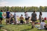 """Tłumy nad Bagrami. Piękna pogoda """"wyciąga"""" mieszkańców Krakowa z mieszkań i domów. Niektórzy kompletnie lekceważą nakaz [GALERIA]"""