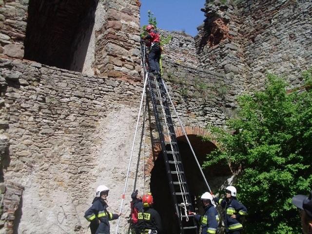 Akcja ściągania dwóch mężczyzn ze ściany ruin pałacu w Podzamczu Piekoszowskim.
