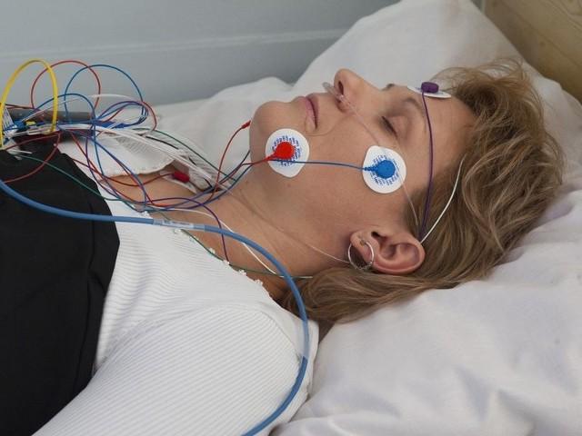 Koszaliński Specjalistyczny Zespół Gruźlicy i Chorób Płuc – przygotowywanie pacjentki do badania polisomnograficznego.