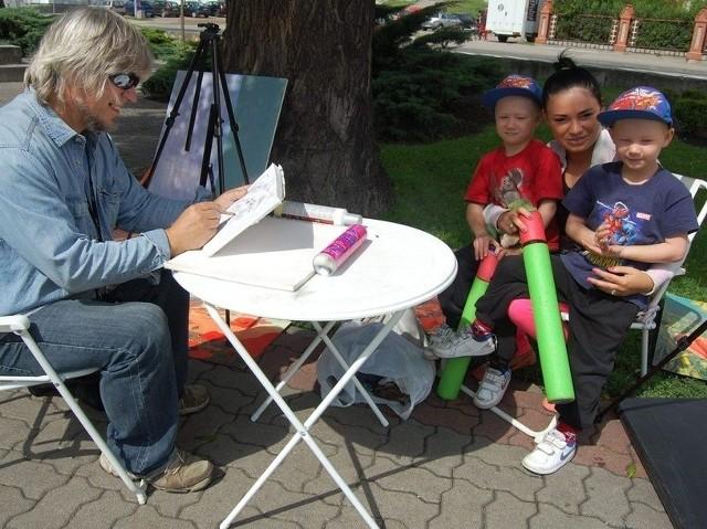 Waldemar Zyśk z Bydgoszczy wczoraj rozstawił sztalugi przy ul. Kcyńskiej. Nie odmówił namalowania rodzinnego portretu. Pozują: Igor i Nikodem z mamą Patrycją Cyman.