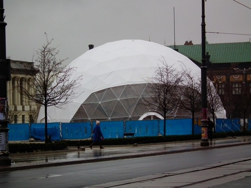 Fontanna Wolności przykryta jest balonem sferycznym.