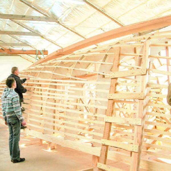 """Położenie stępki rozpoczęło budowę jachtu """"Karol Wojtyła"""". Prawdopodobnie będzie to największa drewniana łódź, jaka powstanie w Polsce po drugiej wojnie światowej"""