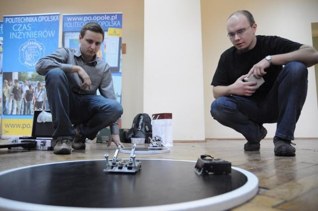 - Zasady są identyczne jak w sumo. Walkę wygrywa robot, który - tak jak na prawdziwych zawodach - wypchnie przeciwnika za linię, poza ring - mówią Adrian Dobosz i Grzegorz Kolbuch.