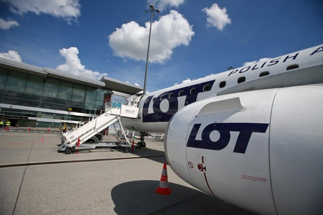 Rząd chce nakazać Polskim Liniom Lotniczym LOT wstrzymanie wlatywania w białoruską przestrzeń powietrzną - podaje portal RMF FM.