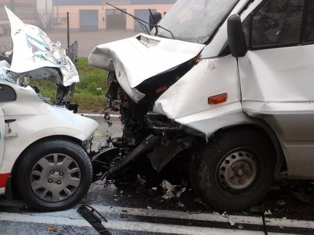 15 -letni kierowca nissana - na łuku drogi - stracił panowanie nad autem. Pojazd uderzył w dostawcze iveco