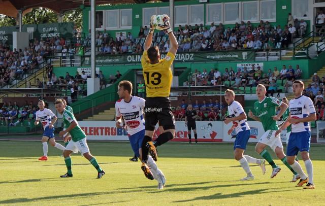 W pierwszym meczu zawodnicy Olimpii (zielone koszulki) nie znaleźli sposobu na pokonanie bramkarza Podbeskidzia. Czy uda się im to w rewanżu rozgrywanym w Bielsku-Białej?
