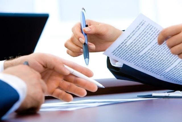 Z powodu przestoju pracodawca może nawiązać z pracownikami porozumienie na podstawie Kodeksu pracy lub tarczy antykryzysowej. Co oznaczają te rozwiązania w praktyce?