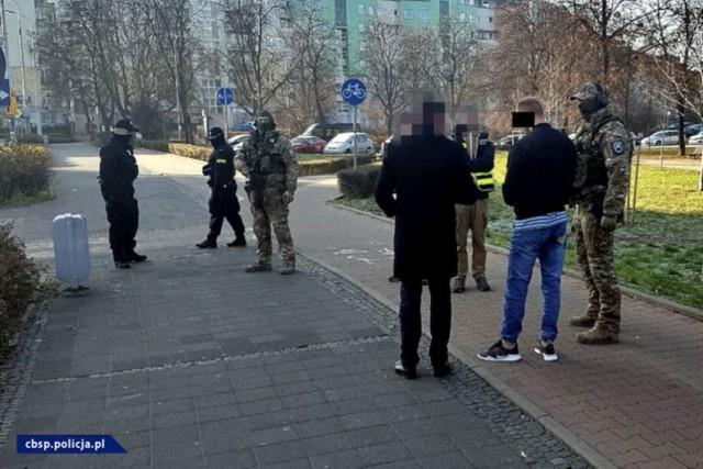 Policjanci CBŚP podczas wizji lokalnej z podejrzanymi o udział w zabójstwie czterech osób