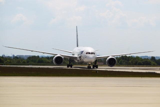 Dreamliner z ok. 170 osobami na pokładzie wylądował u nas około godziny 13.15, a w drogę powrotną do USA wystartuje o 17.40.