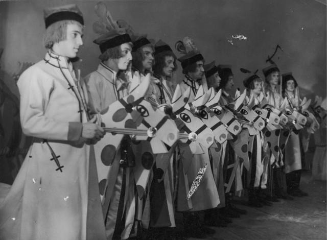 Scena z Krakowiaków i Górali Wojciecha Bogusławskiego i Jana Nepomucena Kamińskiego w Teatrze im. Juliusza Słowackiego w Krakowie w reżyserii Zygmunta Nowakowskiego, 1936.