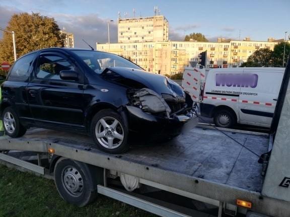 Do co najmniej trzech, na szczęście niegroźnych kolizji samochodowych doszło w ostatnich godzinach na ulicach Koszalina. Kolizję pojazdów odnotowano m.in. na Alei Armii Krajowej, gdzie samochód marki Toyota zderzył się z Mazdą. Kolejne zdarzenie miało miejsce na skrzyżowaniu alei Monte Cassino i ul. Dąbrowskiego. Tam z kolei zderzył się Volkswagen z Mercedesem. Oba zdarzenia zakwalifikowano jako kolizję. kierowcy otrzymali mandaty. Do kolizji doszło także w rejonie ulicy Gdańskiej, gdzie zderzyły się dwa samochody osobowe, Renault ze Skodą. Wstępnie wiadomo, że nic groźnego się nie stało. Policja apeluje do kierowców o ostrożną jazdę.