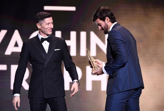 Robert Lewandowski wręczał nagrodę dla najlepszego bramkarza ostatnich dwunastu miesięcy. Statuetkę z rąk polskiego napastnika otrzymał bramkarz Liverpoolu Alisson Becker