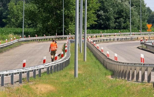 Generalna Dyrekcja Dróg Krajowych i Autostrad poinformowała o konieczności wymiany nawierzchni na jednym z węzłów na trasie z Wrocławia do Legnicy. Robotnicy już w środę - 2 września - pojawili się na autostradzie A4. Kierowcy muszą się liczyć z utrudnieniami.Więcej informacji i zaproponowane przez GDDKiA objazdy na kolejnych slajdach. Sprawdź w galerii, poruszając się przy pomocy strzałek lub gestów na telefonie komórkowym.