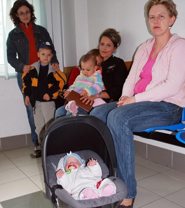 Kolejka na echo serca, od lewej: Sylwia Ciak z synkiem Aleksandrem, Jolanta Samsel z córkami Jesicą i Oliwką, Ewa Kubeł z 3-miesięczną Julią (tylko jej z tej grupy zrobiono badanie)
