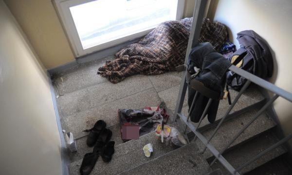 6 rano - o tej porze w niektórych legowiskach śpią jeszcze bezdomni, później ruszają w miasto.