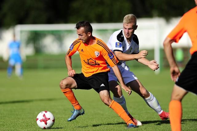 Denis Sotor (z lewej) zagrał bardzo dobrze i strzelił drugą bramkę dla Ruchu. Obok Tomasz Makowski z Górnika.