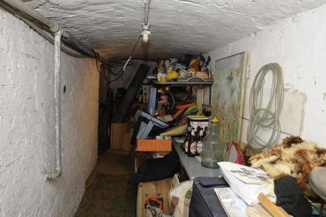 Mieszkanie w piwnicy W takich warunkach żył pan Grzegorz. Na szczęście wyprowadził się stamtąd