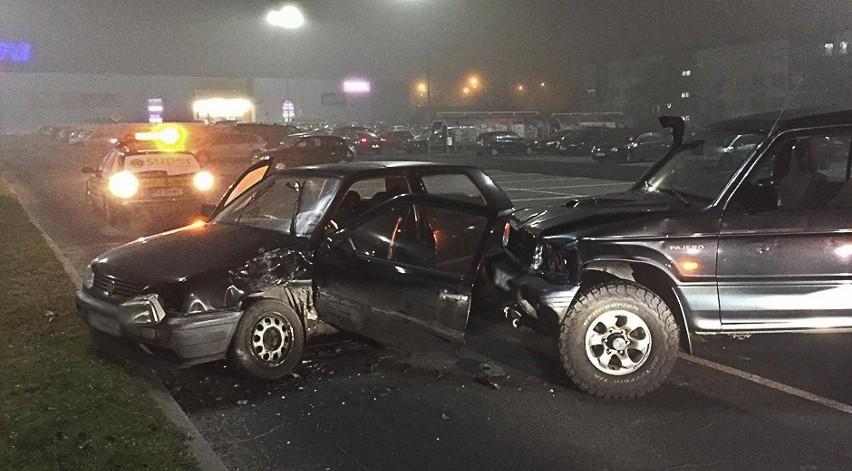 Do kraksy doszło w piątek (25 listopada) na parkingu Tesco przy ul. Energetyków. Zaklinowaną w rozbitym aucie kierującą, łomem uwalniał radny Robert Górski.