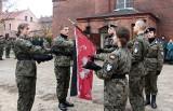 """Uczniowie klas mundurowych złożyli przysięgę strzelecką na sztandar """"Strzelca"""" w Grudziądzu[zdjęcia]"""