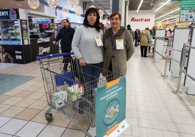 Wolontariuszki Beata (z lewej) oraz Urszula zbierały produkty w piątek w sklepie Auchan, który mieści się w radomskim M1.