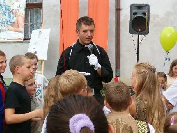 Ksiądz Wojciech prowadząc kolejne konkursy  nie musiał martwić się o brak chętnychdo  zabawy.