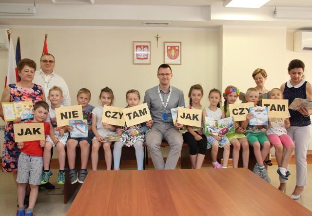 Mali czytelnicy z biblioteki w Laskowcu odwiedzili urząd gminy w Rzekuniu.