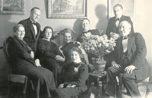 Pracownicy duńskiej spółki Højgaard & Schultz - Budowa Portu w Gdyni. Od lewej: Marianna Walaskowska - właścicielka ziemi w Rumi, inż.  Leon Allweil (stoi), pani Rassmusen, Magdalena Walaskowska, kuca jej bratowa Anna Walaskowska), inż. Rassmusen (za bukietem), Józef Walaskowski (drugi z prawej - stoi) oraz kpt. Grau (siedzi). Gdynia, marzec 1935
